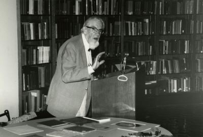 Professor Joseph Ewan lecturing in the Sterling Morton Library