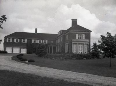 Front view of Mark Morton residence and driveway