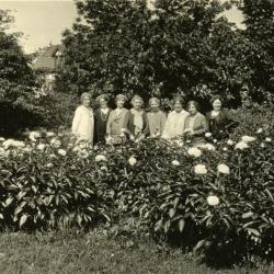 Mrs. Joy Morton and friends, in gardens at Thornhill residence